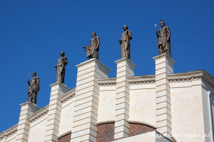 Pomniki z Kutaisi, Rumunia