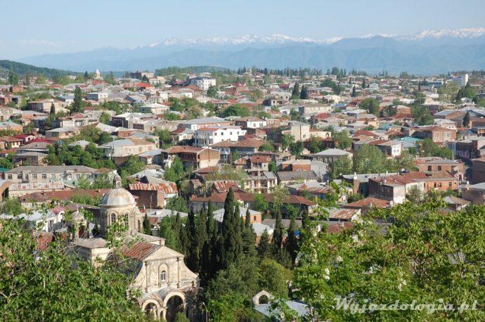 widok na ośnieżone szczyty z Kutaisi