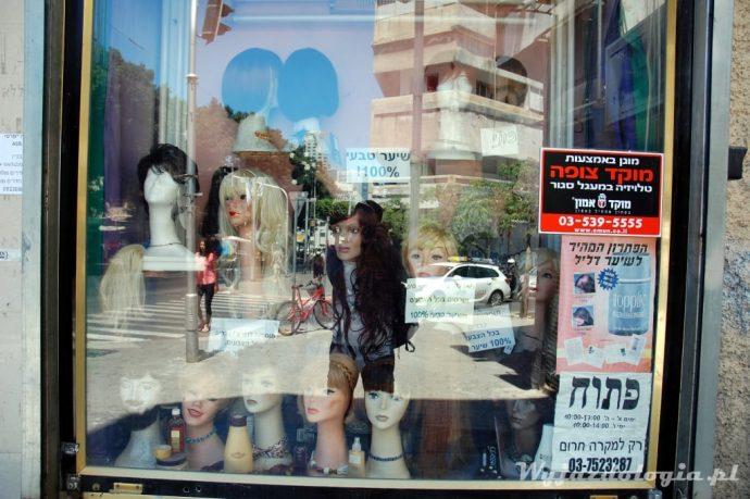 ortodoksyjne żydówki muszą zasłaniać włosy, stąd pobyt na peruki
