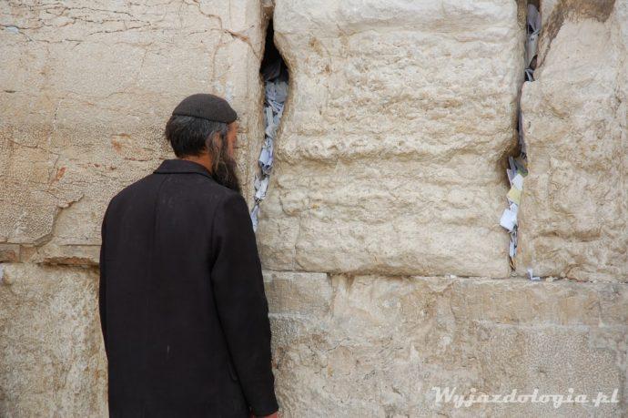 ściana płaczu i modlący się żyd