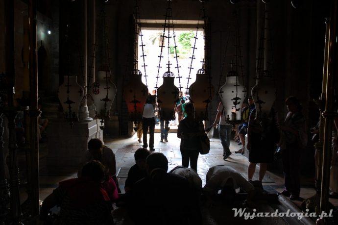 chrześcijanie modlą się w bazylice grobu