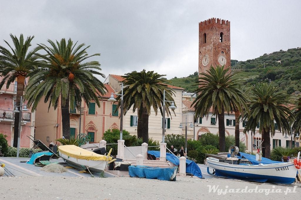 zdjęcie przedstawia plażę w noli we włoskiej ligurii