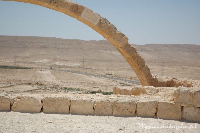 kamienny łuk na pustyni negew