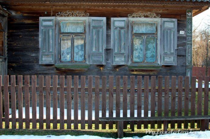 drewniane okiennice chaty na podlasiu
