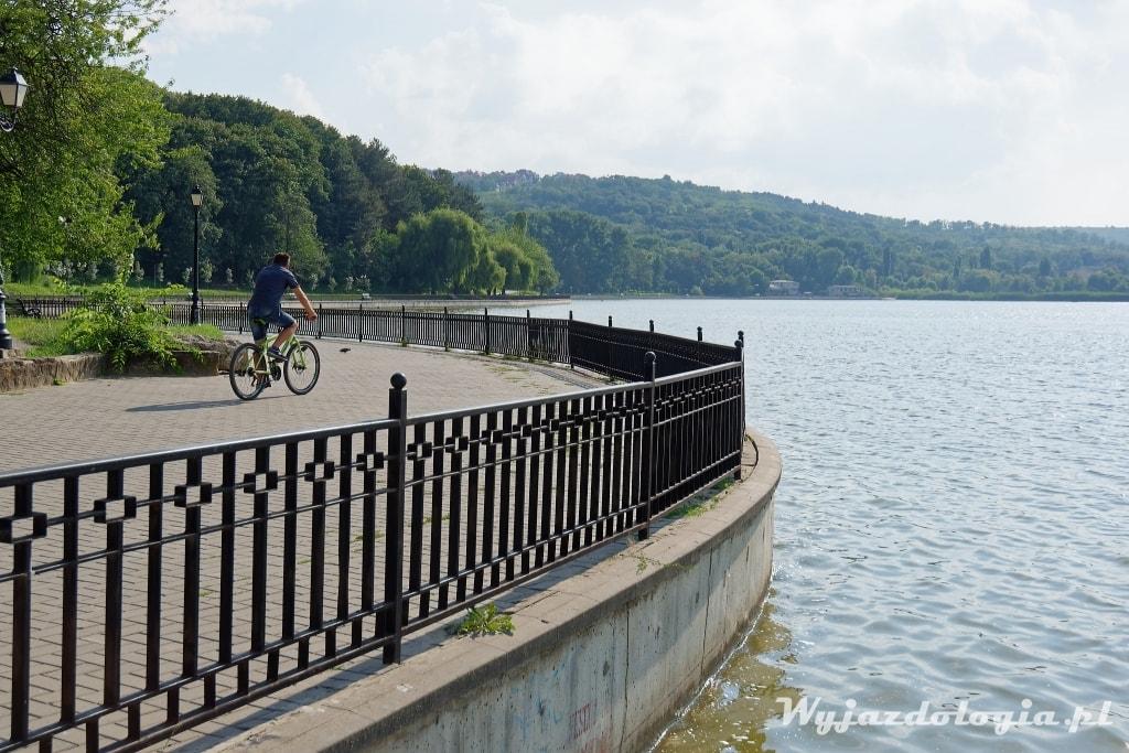 Park z jeziorem w Kiszyniowie