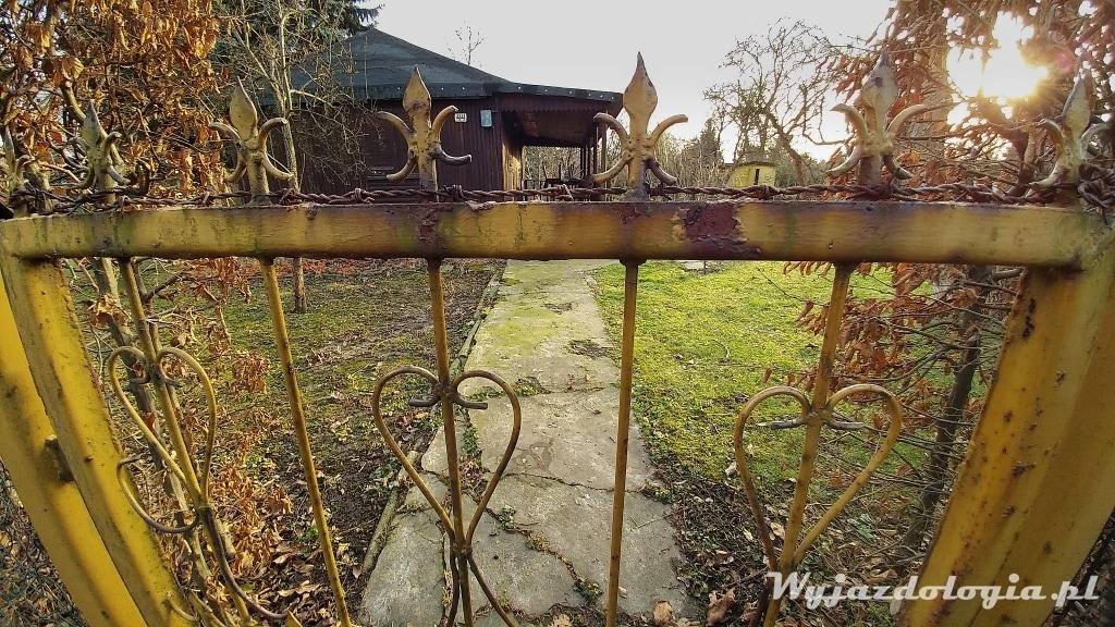 bogato zdobione ogrodzenie