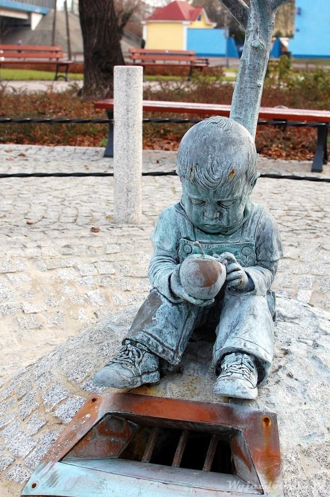 Dzieciak z owocem - pomnik w Skierniewicach