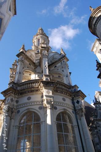z bliska można zobaczyć dachy korzystając z tarasów okalajacych zamek