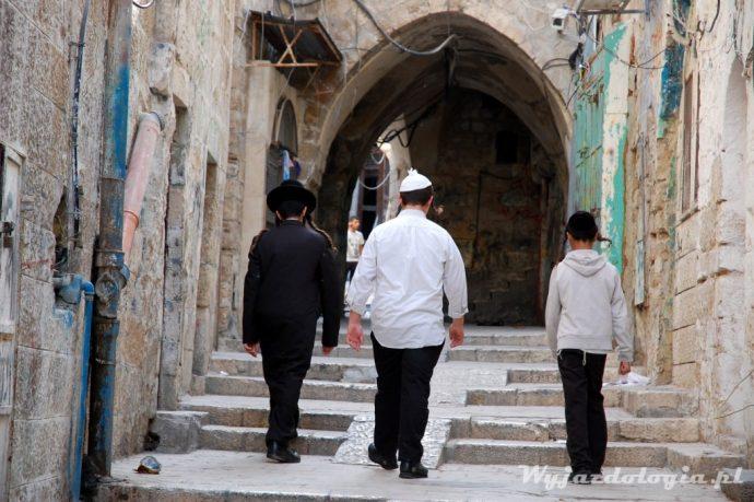 w jerozolimie dzieci z ortodoksyjnych rodzin