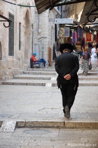 ortodoks w kapeluszu na uliczkach jerozolimy