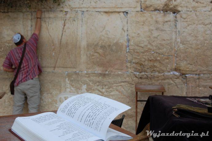 żyd wkładający modlitwę między kamienie ściany płaczu
