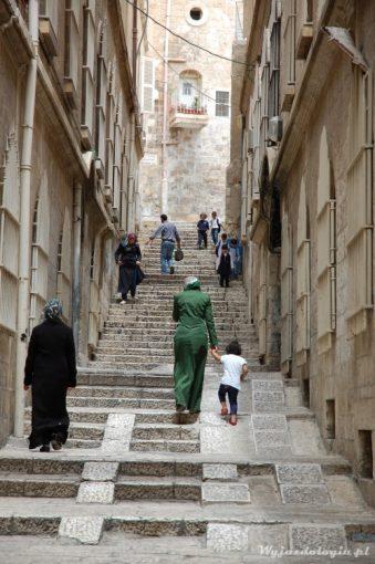 muzułamnki idą po schodach w jerozolimie