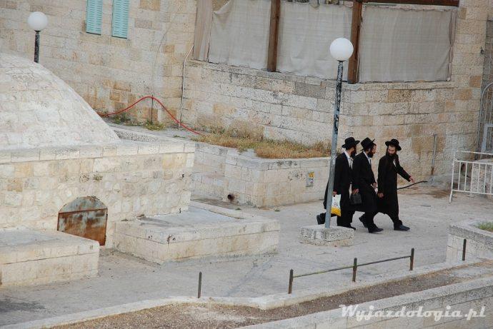 żydzi spieszący na modlitwę do synagogi