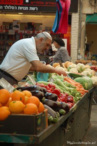 kupujemy warzywa na targu w izraelu