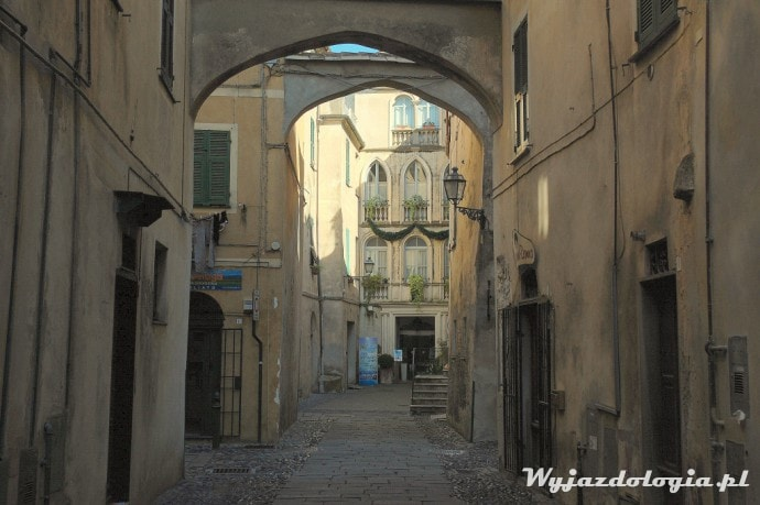 gotyckie łuki na wąskimi uliczkami