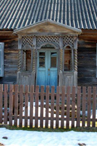 bogato zdobiony drewniany ganek chaty w trywieży