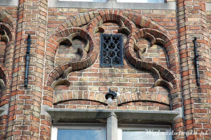 ozdobna ceglana fasada w brugii