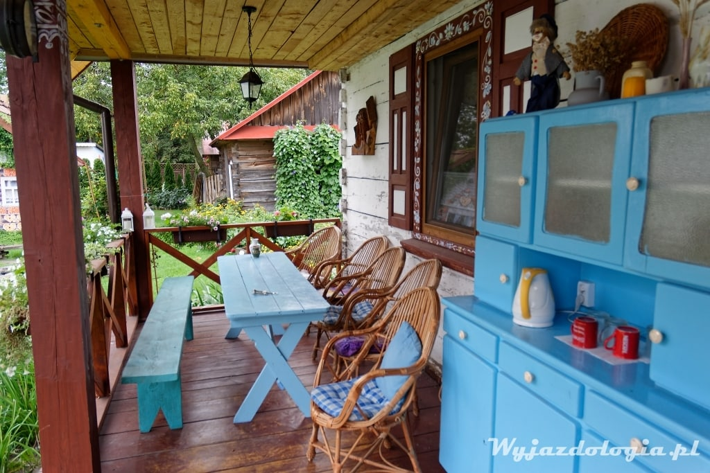 na ganku drewniane chaty