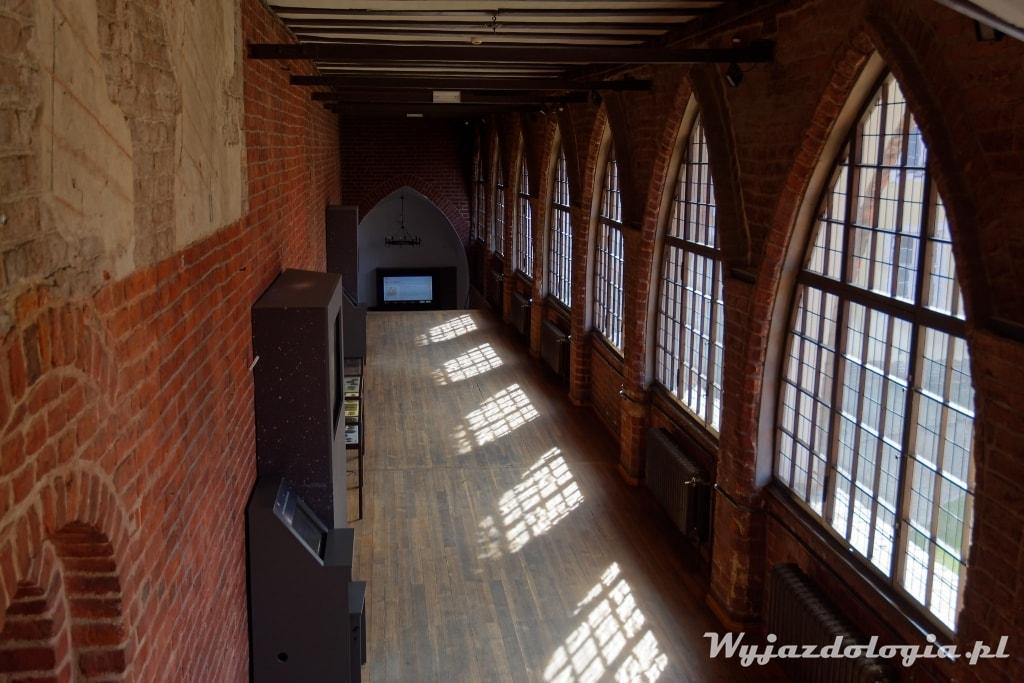 rząd gotyckiech okien w zamku Olsztyn