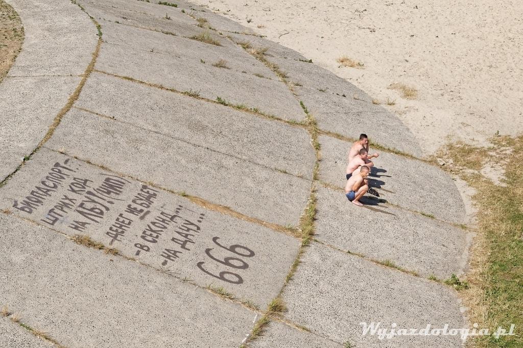 słowiański przykuc na betonie