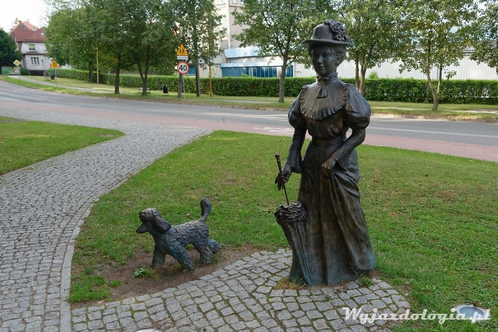 pomnik kuracjuszki z psem polanica zdrój