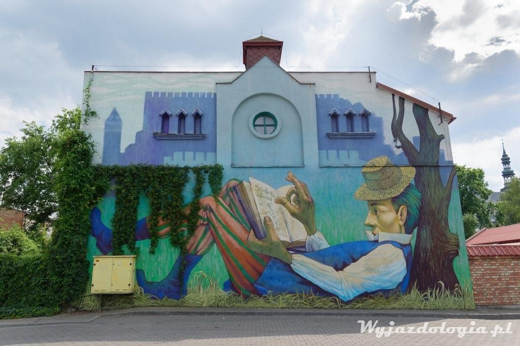Łowicz mural księżak z książką