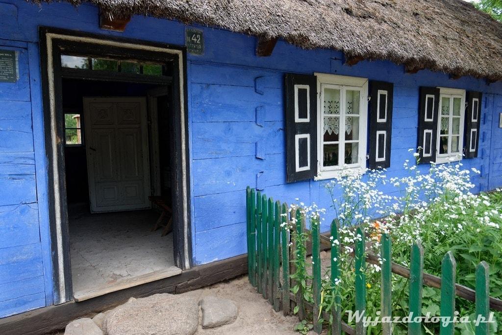wejście do łowickiej chaty skansen