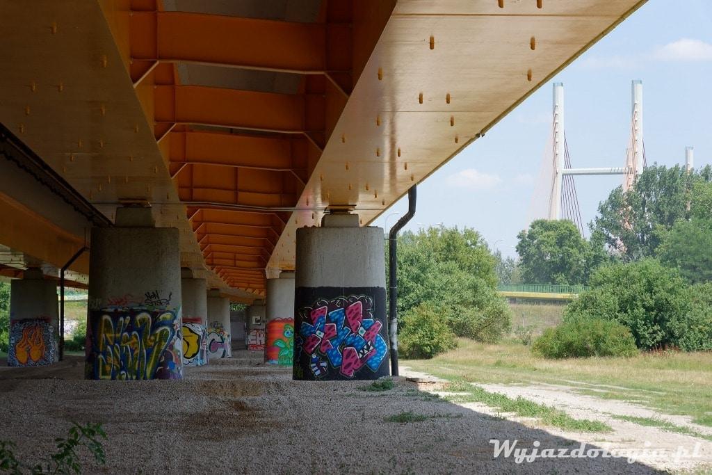 grafitti pod mostem siekierkowskim