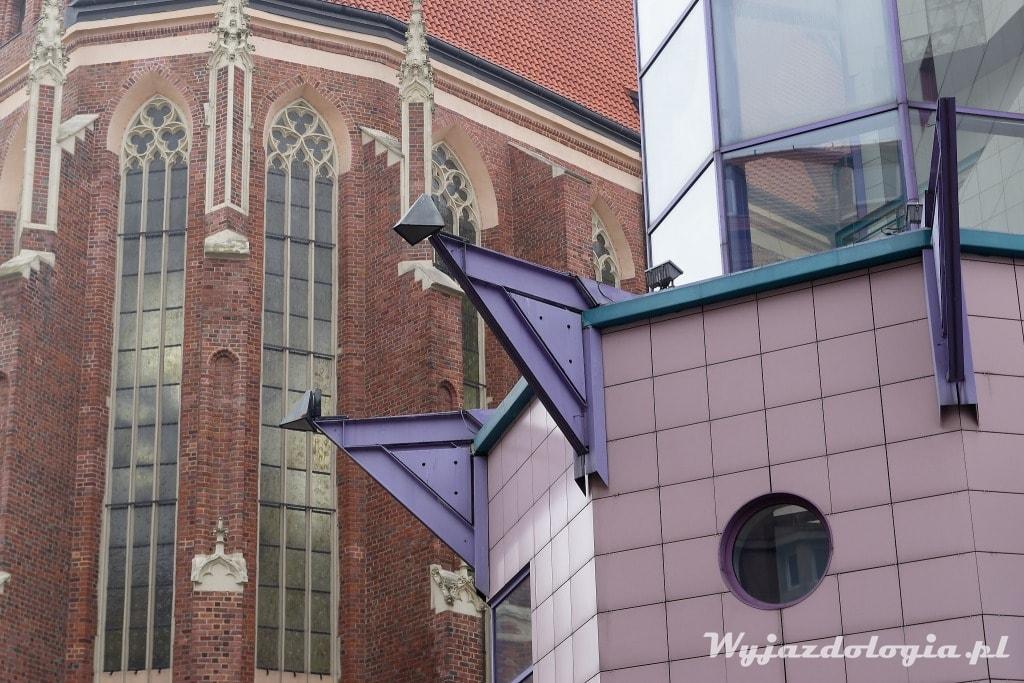 Solpol na tle kościoła świętej Doroty we Wrocławiu