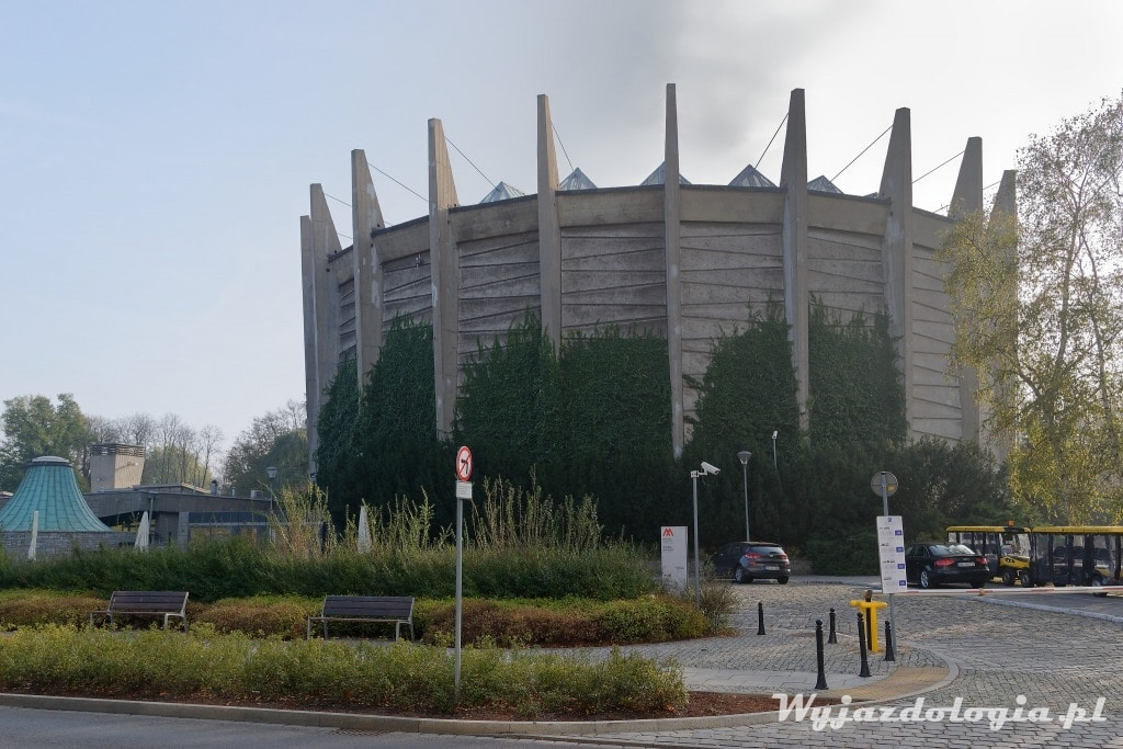 Betonowy budynek Panoramy Racławickiej to ciekawa architektura Wrocławia