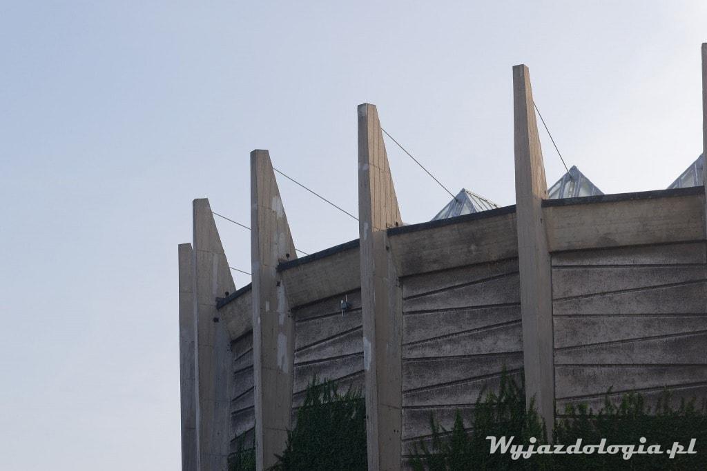zbliżenie na fasadę Panoramy Racławickiej we Wrocławiu