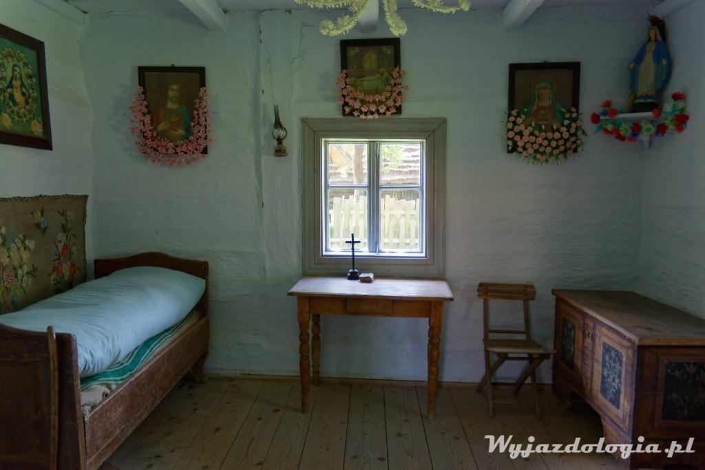 Wnętrze Puszczańskiej Chałupy w Skansenie w Kolbuszowej