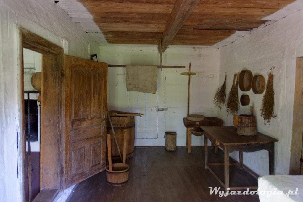 wnętrze chaty krytej strzechą Kolbuszowa