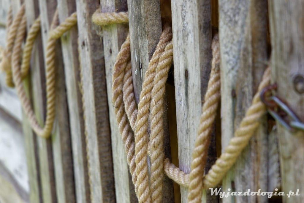 lina na drewnianej chałupie