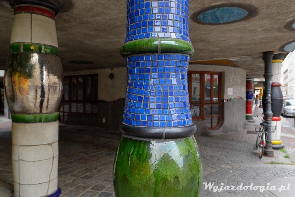 Wiedeń ciekawy budynke z kolorową ceramiką